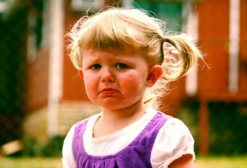enojada niña