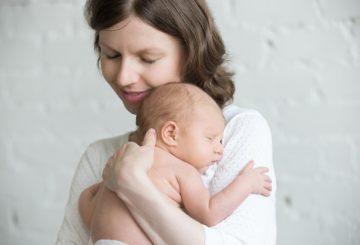 madre-y-bebe-abrazados_1218-549