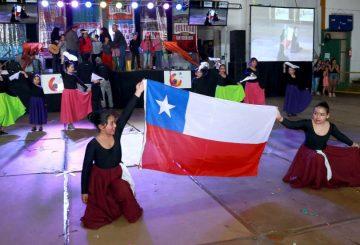 Niñas con bandera FUNDACIÓN CAP (1)