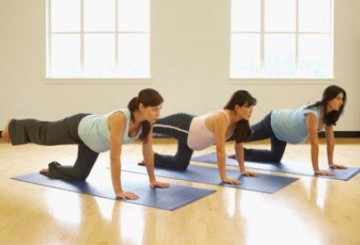 mujer embarazada ejercicio grupal