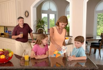 family-drinking-orange-juice-619144_960_720
